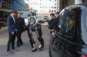 Первый в мире бионический человек ходит, говорит и дышит