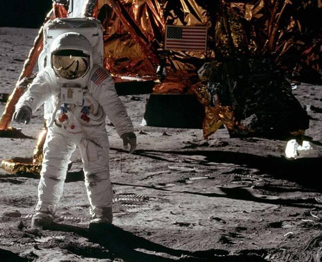 Необычная версия: землянами управляют с Луны